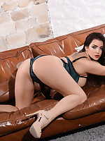 JESSIKA JINX SHOWING OFF HER CURVES - jessikajinx.com