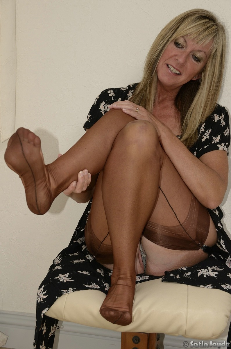ayde works out in stockings -Glamour Milfs